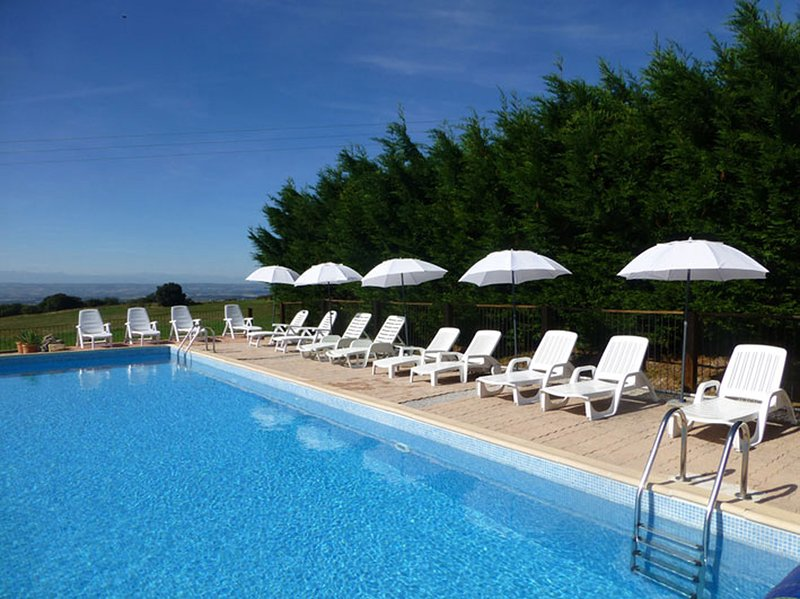 Domaine de Cazes - Traditional gite with solar heated swimming pool, holiday rental in Saint-Denis