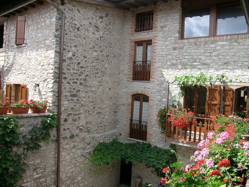 Characteristic holiday flats in Prabione with shared pool, Ferienwohnung in Gardola