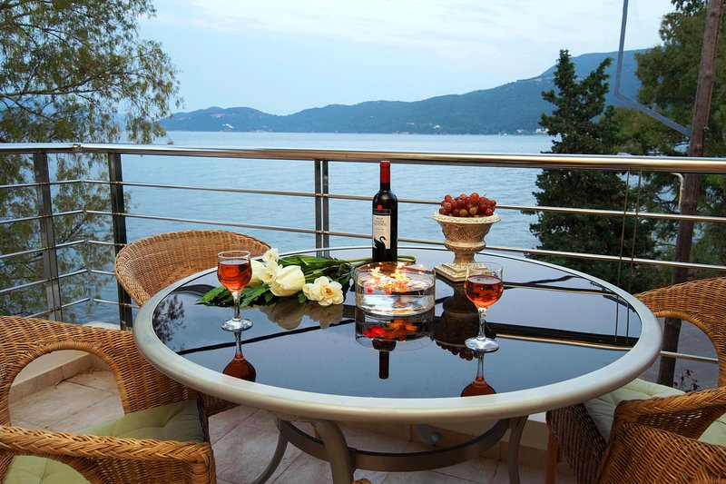 IRIS Seafront/Unique decoration/Exquisite sea view/10m from sea/ 55m2, holiday rental in Sami
