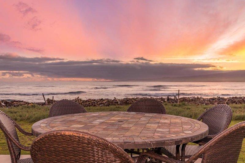 Charming Direct Oceanfront North Shore Beach House, aluguéis de temporada em Kahului