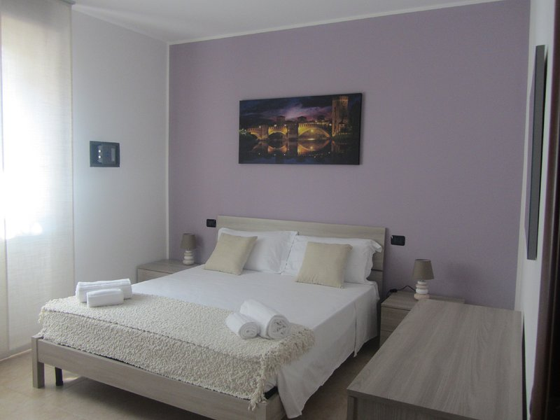 HOUSE 78 - Meraviglioso ed elegante appartamento con garage e giardino privato, location de vacances à Bovolone