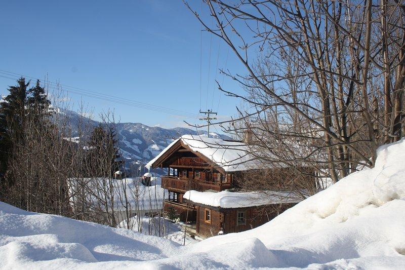 Cabana em Zillertal no inverno. A casa é facilmente acessível de carro no inverno.