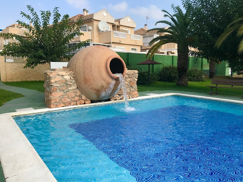 Bright Sunny 2 bedroom duplex With The Best pools in the area, vacation rental in Torrevieja