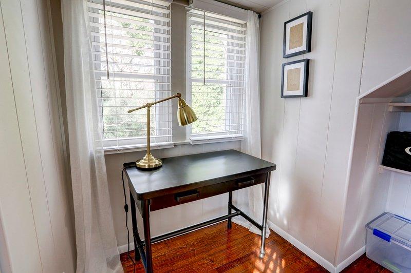 Escritorio en el dormitorio # 2 (silla no representada)