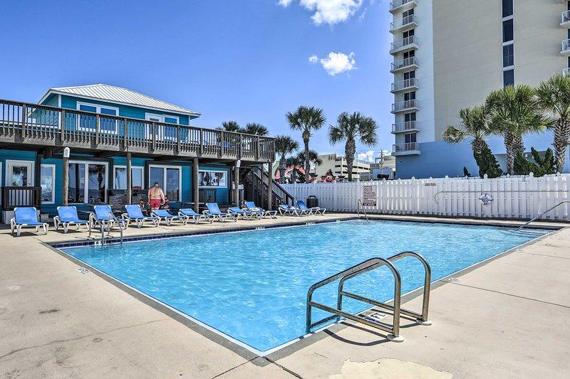 Goditi il sole da questa residenza cittadina in affitto a Panama City Beach!