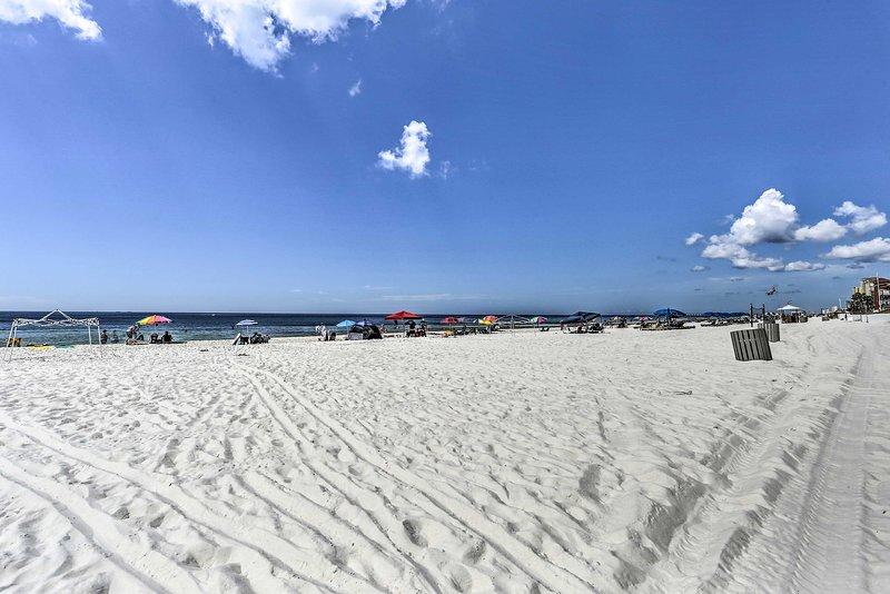 Affondare le dita dei piedi nella sabbia durante il vostro soggiorno in questa casa vacanze in Florida.
