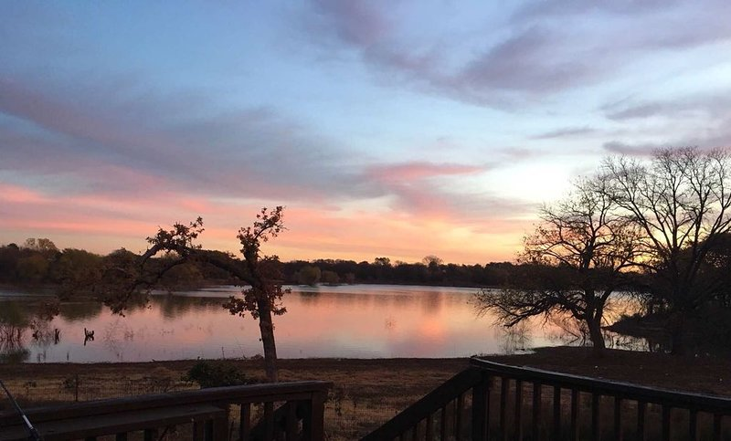 Beautiful Lake Lewisville Waterfront Retreat, holiday rental in Aubrey