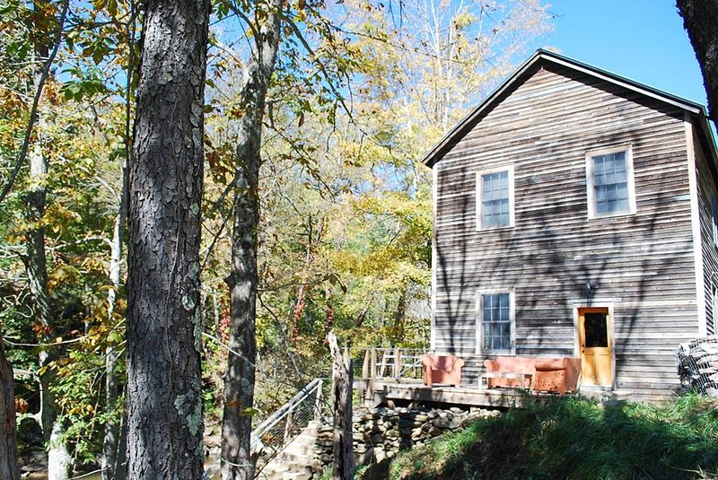 Clark Miller Roller Mill Cabin-Fishing, Creek side, Historic, WIFI, fire pit, location de vacances à Lansing
