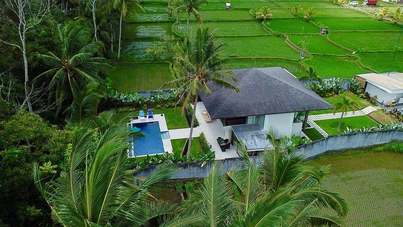 Villa K Ubud - Contemporary minimalistic modern hide away, alquiler vacacional en Melayang