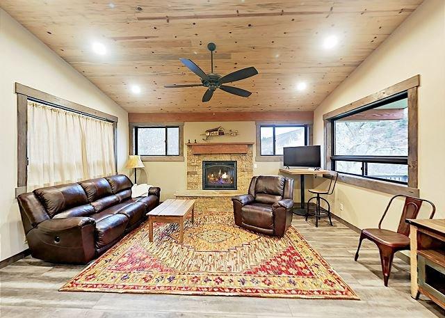 Brand-New 1-Acre Property w/ Mountain Views & Deck on Crystal River, location de vacances à Carbondale