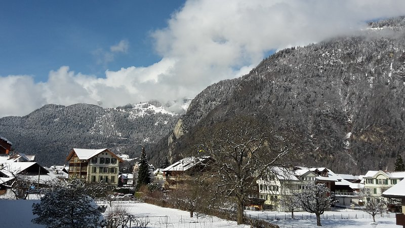 De la terrasse à l'arrière. La montagne Harder est à droite.