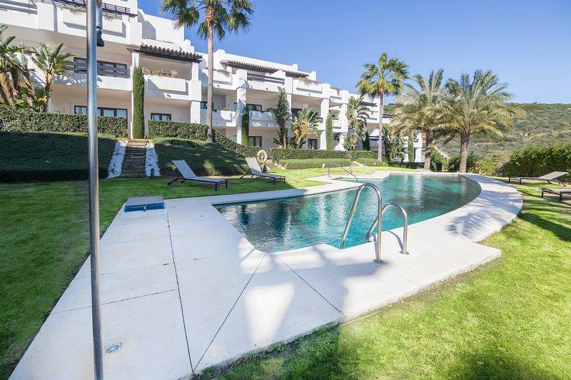 Appartement calme et luxueux avec jardin et piscine Altos de Cortesin, location de vacances à Casares del Sol