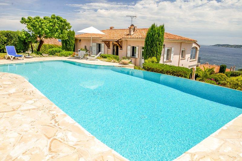 211006 4-bedroom villa, full sea view, pool, beach 600 mtr, centre 900 mtr, BBQ, holiday rental in Sainte-Maxime