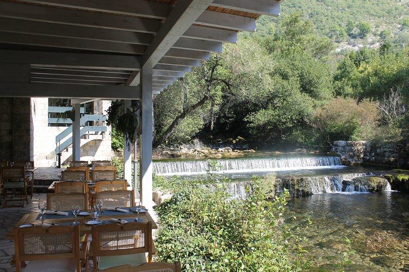 Restaurant Konavoski dvori et la rivière Ljuta à proximité