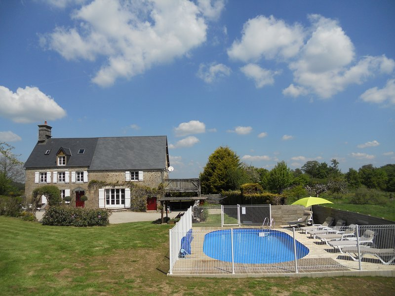 La Joliere, beautiful farmhouse, private grounds, heated pool, fast internet, holiday rental in Sourdeval