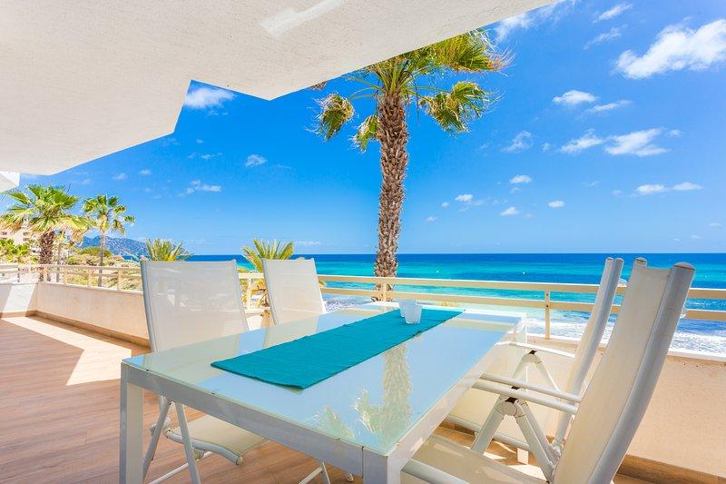 Apartment looking onto the beach in Cala Millor, casa vacanza a Maiorca