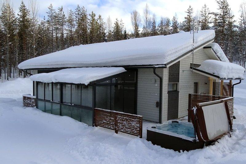Villa Lumikko with Hot tub, holiday rental in Raanujarvi