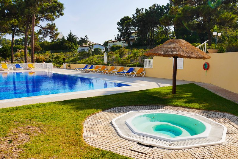 Beautiful apt with shared pool, location de vacances à Troia