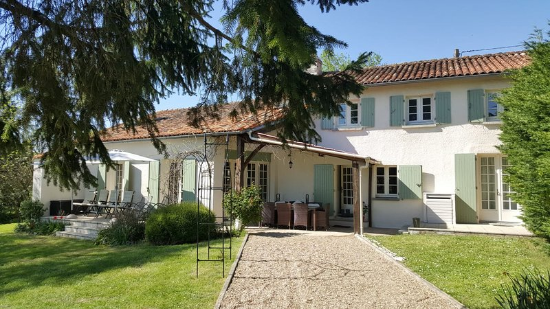 Le Tilleul Luxury Farmhouse with Private Pool, holiday rental in Chenaud