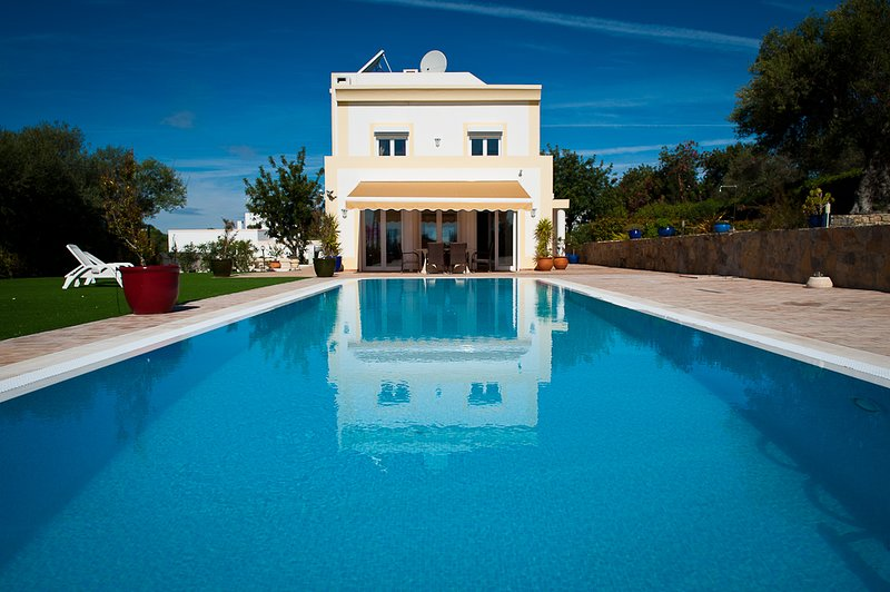 An immaculate 4 bedroom villa, beautiful swimming pool and excellent sea views, holiday rental in Tavira