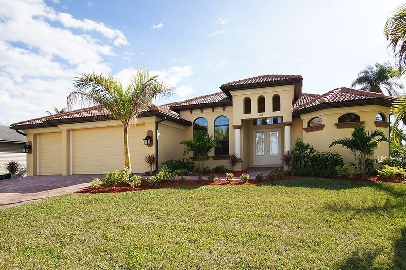 Villa Coral Beach with heated pool and spa on a canal, alquiler de vacaciones en Cape Coral
