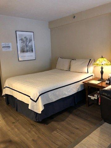 Le lit queen size a un matelas à plateau-coussin.