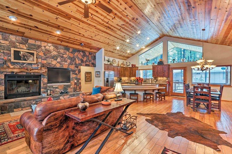 Lavish Cabin w/ Deck <3 Mi to Pinetop Country Club, alquiler vacacional en Vernon