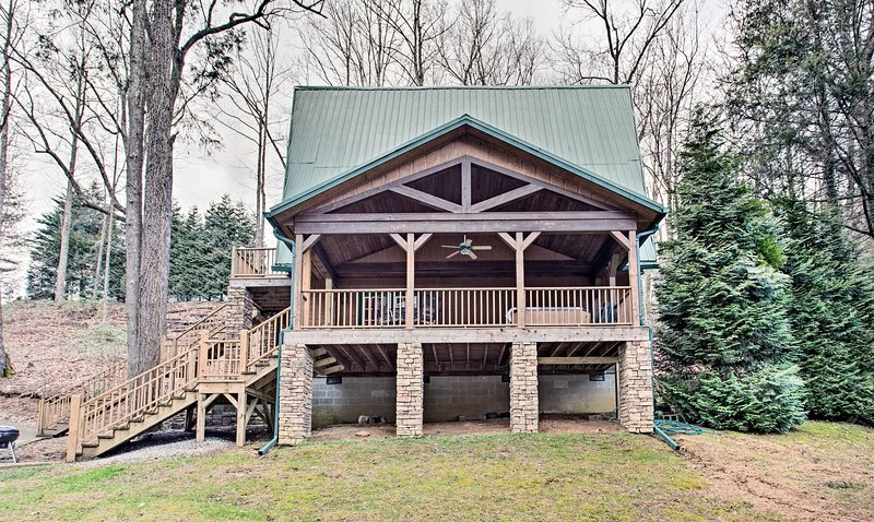 Cabin w/Game Room & Hot Tub Mins to Hendersonville, alquiler vacacional en Cleveland