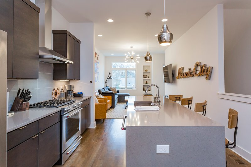 Close to everything + rooftop + stylish + bbq, vacation rental in Nashville