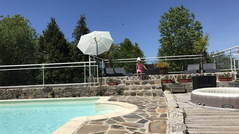 Nice property with shared pool, vacation rental in Chaudes-Aigues