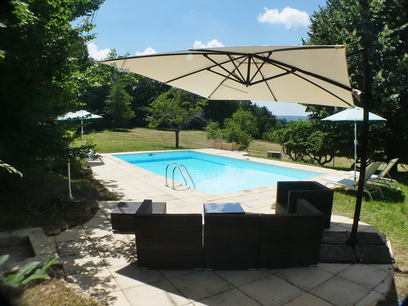 ARCHITECT HOUSE WITH HEATED POOL & VIEWS NESTLED IN COUNTRYSIDE 800mFROM BEYNAC, vacation rental in Beynac-et-Cazenac