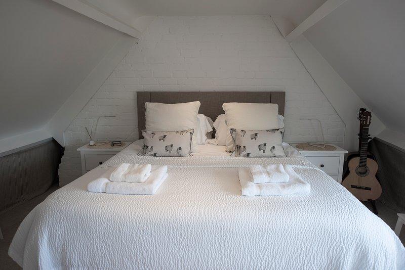 Dormitorio 1: cama grande y cómoda (6 pies / 180 cm) de ancho. Con baño en suite.