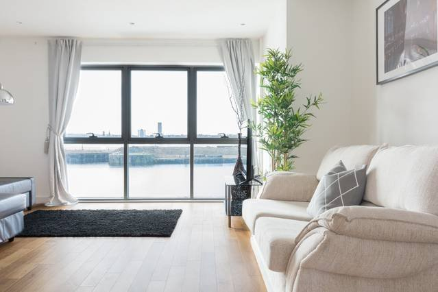 Gorgeous Waterfront Apt - Central w/ Amazing Views, vacation rental in West Kirby