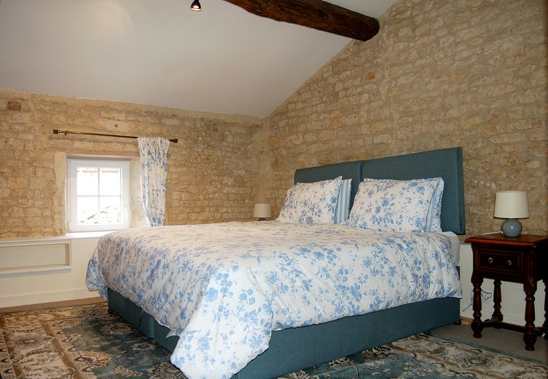 Spacious 4 Star One Bed Gite with shared Pool, holiday rental in Villefagnan