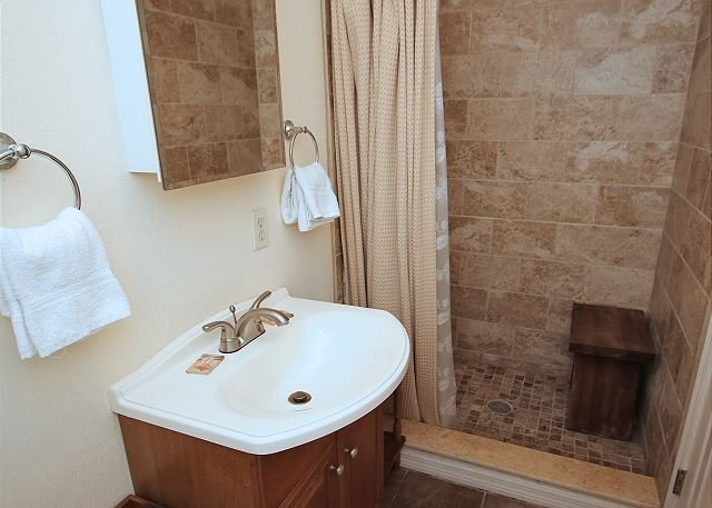 Baño a nivel del suelo para dormitorio adicional