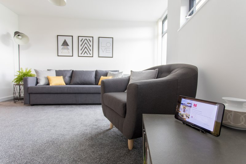 Stylish City Apartment with Parking Bridge Square Apartments, holiday rental in Overton