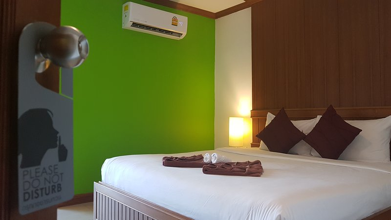 Superior Room with Balcony, centrally located, close to beach & Bangla Road, holiday rental in Patong