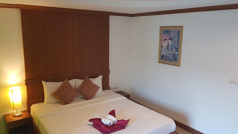 De kamers bevinden zich op de 2e tot 6e verdieping en beschikken over een eigen balkon met uitzicht op Patong City.