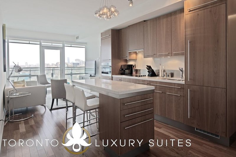 Pearl - Fully Furnished Luxury Executive Condo King West, vacation rental in Toronto