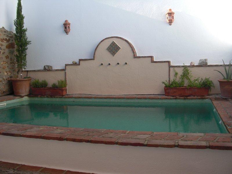 Espléndida casa rural con piscina en un pueblo tranquilo a 25 minutos de Córdoba, aluguéis de temporada em Belmez