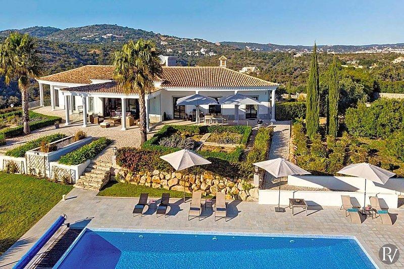 Santa Barbara de Nexe Villa Sleeps 8 with Pool Air Con and WiFi - 5433553, location de vacances à Sao Bras de Alportel