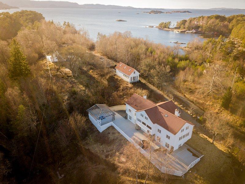 Kronprins Olavs Villa - Unique En-Suite S/C Accommodation in Godøysund, Tysnes, holiday rental in Eikelandsosen