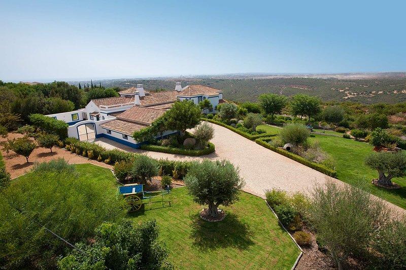 Malhadais Villa Sleeps 8 with Pool Air Con and WiFi - 5693952, holiday rental in Cerca Velha