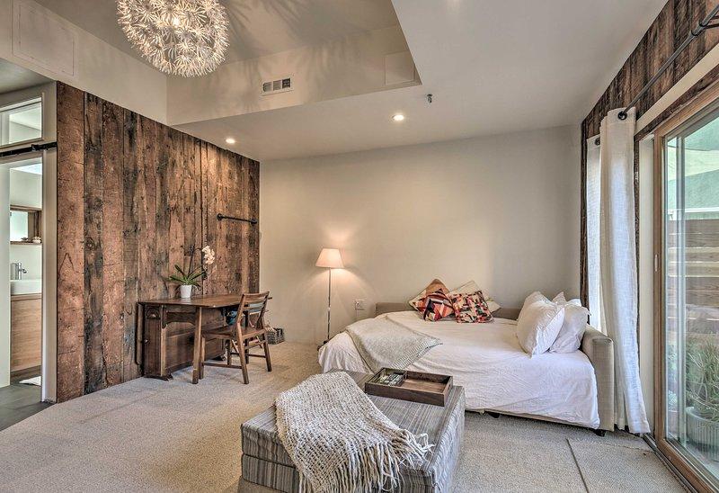 Contemporary Culver City Studio w/Furnished Patio!, vacation rental in Culver City