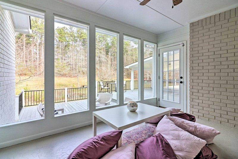 La casa mejorada cuenta con 3 habitaciones, 2.5 baños, una terraza amueblada y mucho más.
