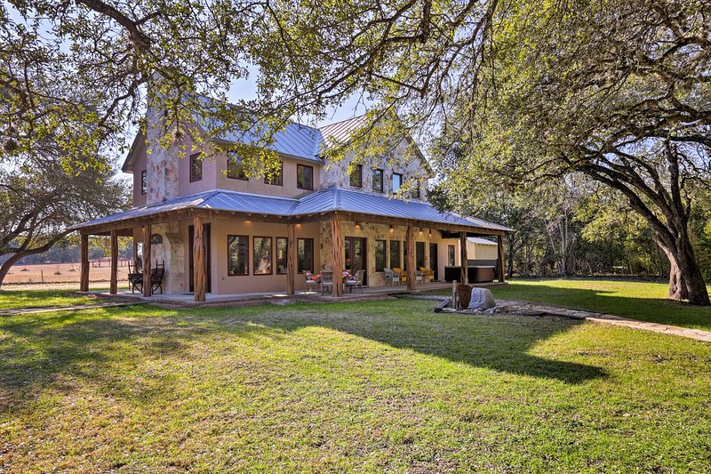 Riverfront Home w/Shaded Porch+HotTub by DT Blanco, vacation rental in Blanco