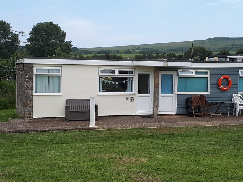 Chalet 21, Sandown Bay Holiday Centre, Free WiFi, Sleeps 4-6, casa vacanza a Sandown