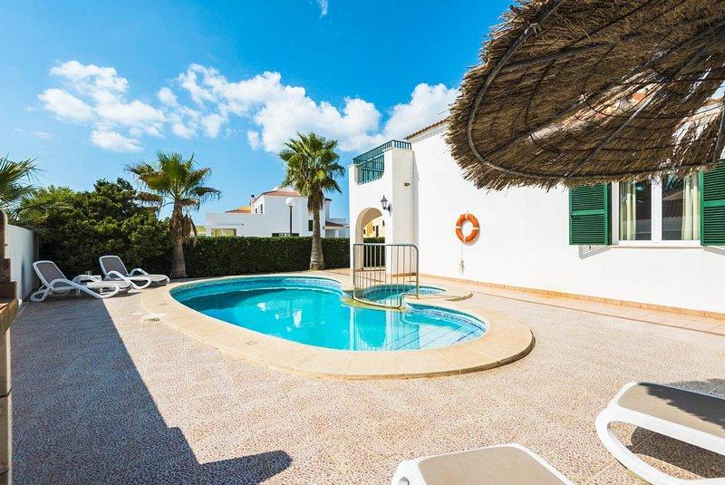 Villa Ingrid: Large Private Pool, Walk to Beach, A/C, WiFi, Car Not Required, aluguéis de temporada em Cala'n Forcat