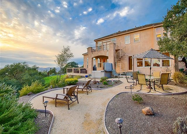 Spacious High-End Santa Rosa House w/ Gourmet Kitchen, Hot Tub, holiday rental in Fulton