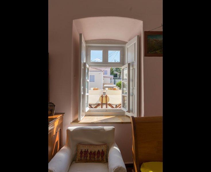 Villa Spetses 19th Century glamour! by JJ Hospitality, location de vacances à Îles du Golfe Saronique
